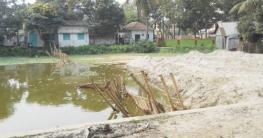 নলডাঙ্গায় সরকারি খাল দখল করে পুকুর
