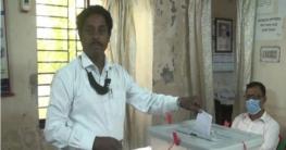 উৎসব মুখর পরিবেশে নাটোর প্রেসক্লাবে দ্বি-বার্ষিক নির্বাচন চলছে
