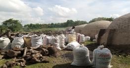 নাটোর লালপুরে কাঠ পুড়িয়ে কয়লা উৎপাদন