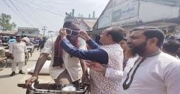 গুরুদাসপুরে পথচারীর মাঝে মাস্কবিতরণ করেছেন আহম্মদ আলী মোল্লা