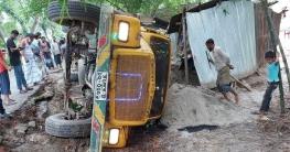 নাটোরের বাগাতিপাড়ায় ট্রাক উল্টে শ্রমিক নিহত