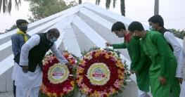 গুরুদাসপুরে মহান স্বাধীনতা দিবসে স্মৃতিসৌধে পুষ্পস্তবক অর্পণ