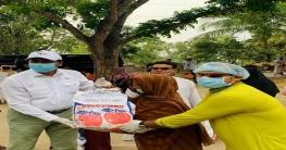 বাড়ি বাড়ি গিয়ে খাদ্য সহায়তা দিচ্ছেন এমপি শিমুল