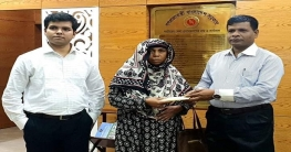 জেলা প্রশাসনের পক্ষ থেকে উম্মে হানিকে ২০ হাজার প্রদান