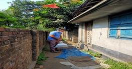 কোয়ারেন্টাইনে থাকা ব্যক্তিদের বাড়িতে খাবার নিয়ে আহম্মদ আলী মোল্লা