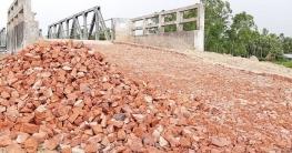 সিংড়ায় নিম্নমানের সামগ্রীতে রাস্তা নির্মাণ, কাজ বন্ধ