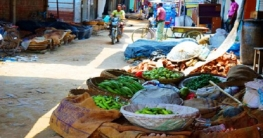 গুরুদাসপুরে সড়ক দখল করে কাঁচা বাজার : জনদুর্ভোগ চরমে